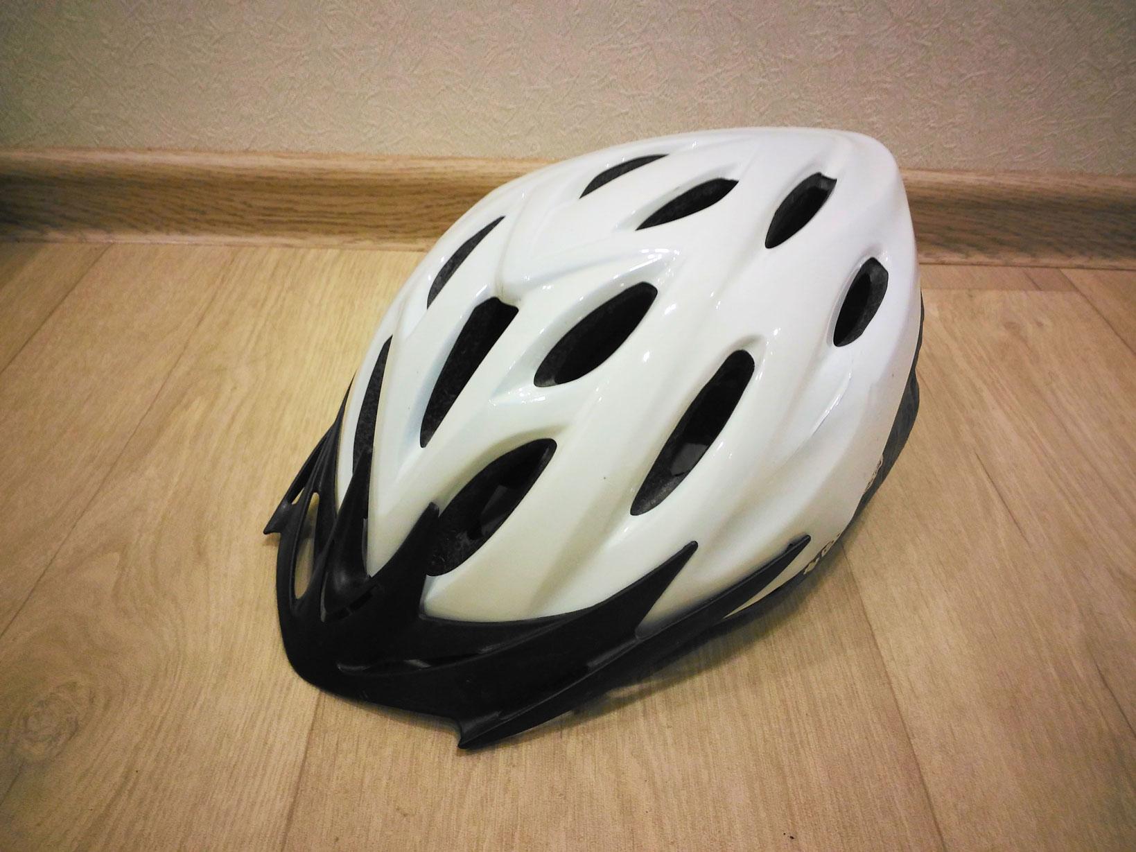 Белый шлем с козырьком